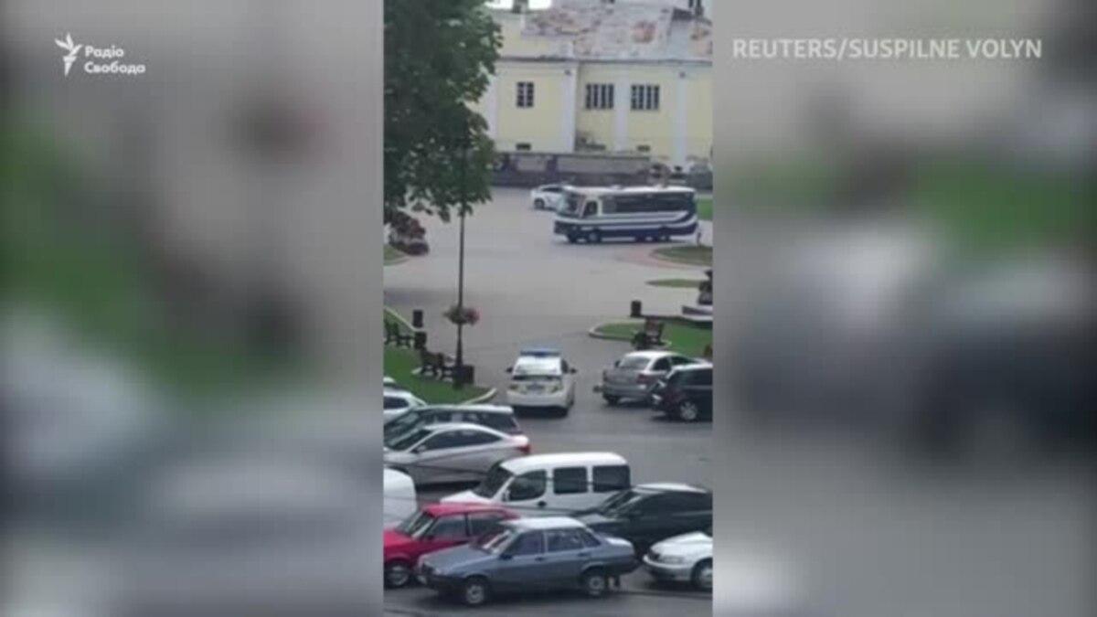 В Луцке мужчина захватил автобус с заложниками – видео с места происшествия