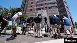ԱՄՆ - Լրագրողները դաշնային դատարանի շենքի մոտ, որտեղ անցկացվում են Թոմաս Բարաքի գործով լսումները, Լոս Անջելես, 20-ը հուլիսի, 2021թ.