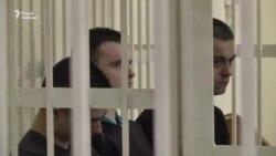 Сьвятлана Коржыч у будынку суду паказала шакуючыя здымкі цела сына. ВІДЭА