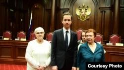 Алиса Мейсснер, Елизавета Михайлова, Евгения Шашева с юристом Григорием Вайпаном в Конституционном суде России