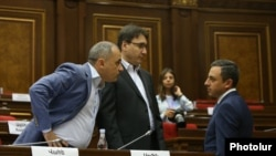 Депутат оппозиционной парламентской фракции «Айастан» Армен Геворкян (в центре)