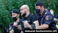 """Полиция задерживает журналиста """"Коммерсанта"""" Александра Черных"""