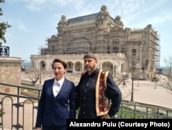Laura Voicila és Apollon Cristodulo a kaszinó előtt.