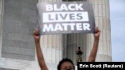 Жінка тримає плакат Black Lives Matter («Життя темношкірих важливі»), Вашингтон, США, червень 2020 року