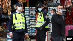 Илустрација - Полиција и граѓани со заштитни маски во Скопје
