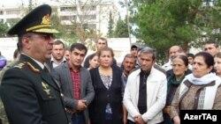General Rövşən Əkbərov əsgər valideynləri ilə görüşür. 2015