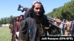 """Бывшие боевики """"Талибана"""" сдают оружие во время церемонии примирения в Герате, 24 июня 2021 года."""