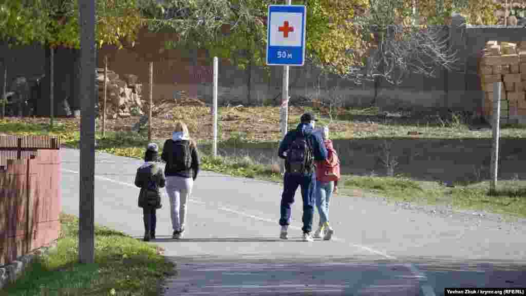 Більш старші школярі вчаться у сусідній Тернівці, куди їх возить шкільний автобус