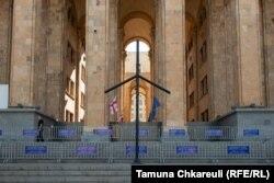 Крест святой Нино у входа в здание парламента Грузии