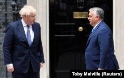 Boris Johnson brit miniszterelnök a londoni kormányfői rezidencia előtt fogadja Orbán Viktor magyar kormányfőt 2010. május 28-án