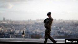 Një ushtar duke patrulluar në Paris.