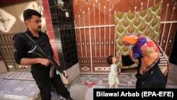په پاکستان کې یوه روغتیاپاله یو ماشوم ته د پولیو واکسیني څاڅکي ورکوي - انځور له ارشیفه.