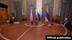 Міністри закордонних справ Вірменії і Азербайджану Зограб Мнацаканян та Джейхун Байрамов під час перемов у Москві за посередництва глави МЗС Росії Сергія Лаврова. 9 жовтня 2020 року