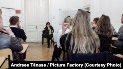 Oana-Valentina Suciu alături de studenții de la Facultatea de Științe Politice a Universității din București.