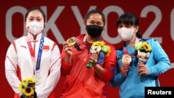 Церемония награждения (слева направо): Ляо Цююнь, Хидилин Диаз, Зульфия Чиншанло