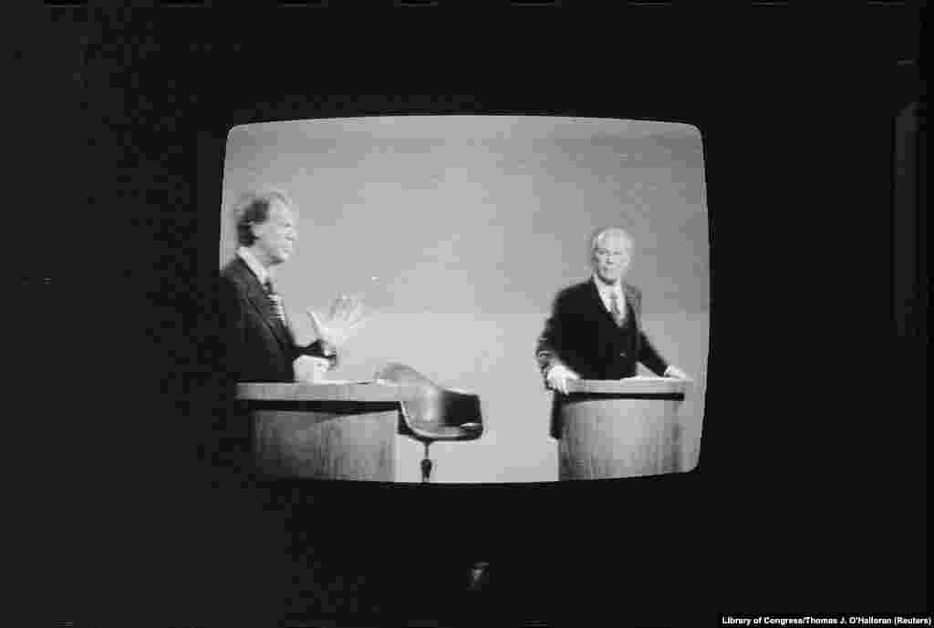 1976 год. Президентские дебаты в США возобновились после 16-летнего перерыва– с тех пор без них не проходила ни одна кампания. Демократ Джимми Картер встретился с в то время действующим президентом-республиканцем Джеральдом Фордом. В историю Соединенных Штатов этот эпизод вошел как казус Форда о «советском господстве». Говоря о том, что он не допустит распространения коммунизма, он заявил: «Советского господства в Восточной Европе не существует– и его никогда не будет при администрации Форда». В тогдашних реалиях холодной войны этот тезис от действующего лидера страны оказался достаточно противоречивым. Демократ Джимми Картер одержал победу на дебатах и выборах