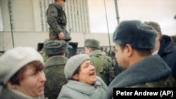 Жінки благають російських військових не вдаватися до насилля. Вільнюс, Литва. 12 січня 1991 року