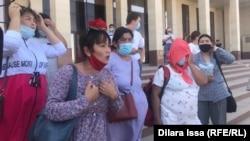 Женщины, выступающие против офлайн-обучения и вакцинации детей. Шымкент, 7 сентября 2021 года