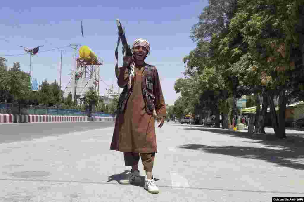 12 august: Un soldat taliban în Ghazni, la sud-vest de Kabul.