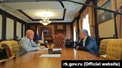 Экс-вице-премьер российского правительства Крыма Виталий Нахлупин и российский глава Крыма Сергей Аксенов (слева направо)