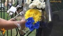 Цветы у консульства Нидерландов в Алматы