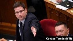 Gulyás Gergely, a Miniszterelnökséget vezető miniszter és Rogán Antal, a Miniszterelnöki Kabinetirodát vezető miniszter az Országgyűlésben, 2019. december 10-én. Magyarországon mindketten komoly befolyással vannak az állampolgárok tájékoztatási színvonalára