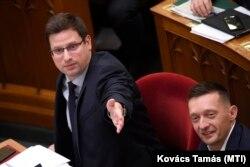 Gulyás Gergely és Rogán Antal a Parlamentben, 2019 decemberében