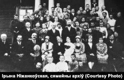 Выкладчыкі і дзеці гімназіі імя Францішка Скарыны ў Радашкавічах, сярэдзіна 1920-х