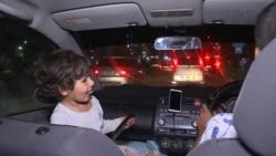 Bişkekli taksi sürüjisi üç ýaşly gyzy bilen taksiçilik etmeli bolýar