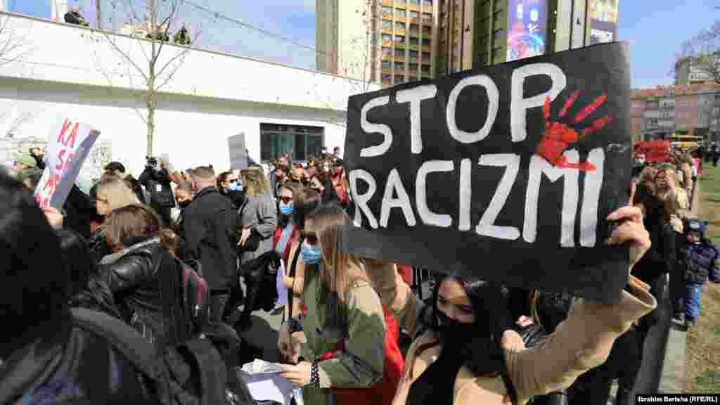 """Pjesëmarrësit marshuan në qendër të qytetit të Prishtinës duke kërkuar """"një jetë pa dhunë e shtypje""""."""