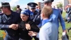 Активістів затримали за образу Януковича