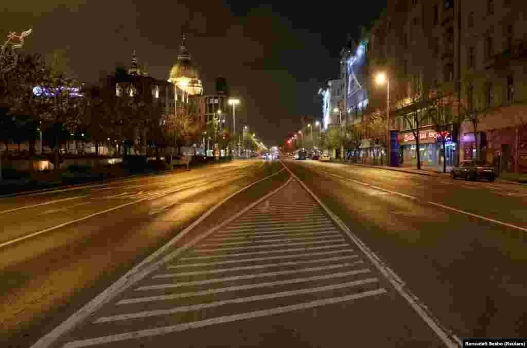 Budapesten november 11-én léptek életbe a szigorító intézkedések. Este 8 után a legtöbb forgalmas környék, így a Bajcsy-Zsilinszky út is teljesen kiürül.