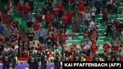 Rendőrsorfal a magyar szurkolók előtt az Európa-bajnokság Német-ország-Magyarország mérkőzésén a müncheni Allianz Arénában 2021. június 23-án