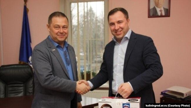 Максим Суворов, бывший глава исполкома  Единой России  (справа)