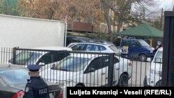 Disa vetura të EULEX-it dhe një pjesëtar i Policisë së Kosovës pranë zyrave të PDK-së në Prishtinë.