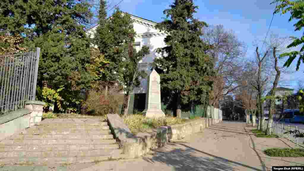 Памятник российским резервным войскам Крымской войны, на котором перечислены полки, батареи, экипажи и роты.