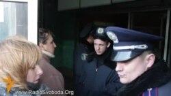 Люди обурені закриттям метро в Києві (біля метро Хрещатик)