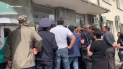 """""""Обязательно надо издеваться над народом?"""" В Абхазии на замену паспорта РФ люди стоят в очередях"""
