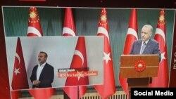 Кадр из телеобращения Реджепа Тайипа Эрдогана. В окне справа — Орхан Инанды, вывезенный из Кыргызстана в Турцию и обвиняемый в связях с людьми, организовавшими неудачную попытку переворота в Анкаре в 2016 году