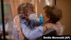 Poseta kćerke majci nakon 100 dana izolacije zbog korona virusa, Španija, jun 2020.