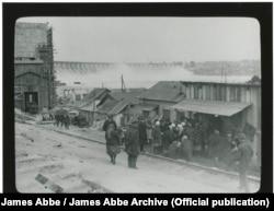 Робітники стоять у черзі до пункту видачі їжі, який ще не розпочав роботу. На задньому плані ‒ дамба «Дніпрогесу». Еббе писав, що в Радянському Союзі будь-яку чергу знімати заборонено. Особливо, якщо це черга за їжею. Фото 1932 року. James Abbe / James Abbe Archive