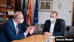 Министерот за здравство на Македонија, Венко Филипче на средба со хрватскиот министер за надворешни работи Гордан Грлиќ Радман, откако Хрватска и донираше вакцини на Македонија.
