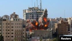 Момент удара по зданию с офисами СМИ в Газе. 15 мая 2021