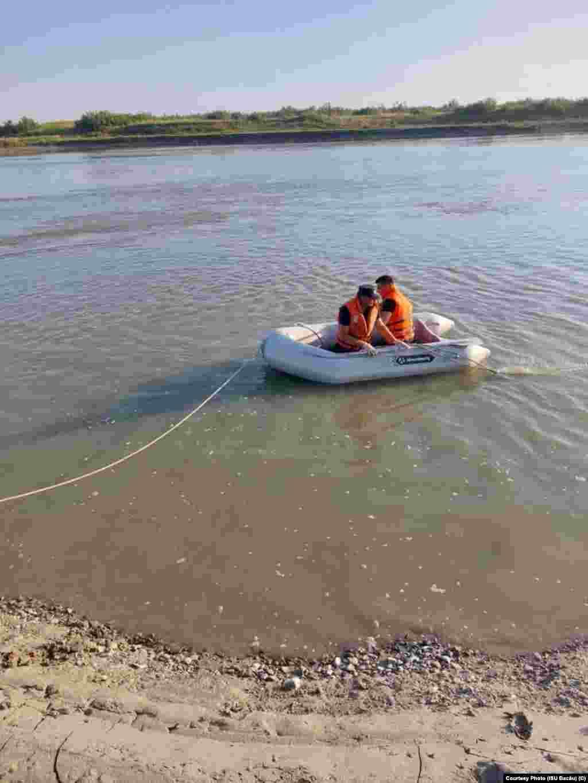 O barcă a fost lansată la apă în căutarea celor cinci copii.