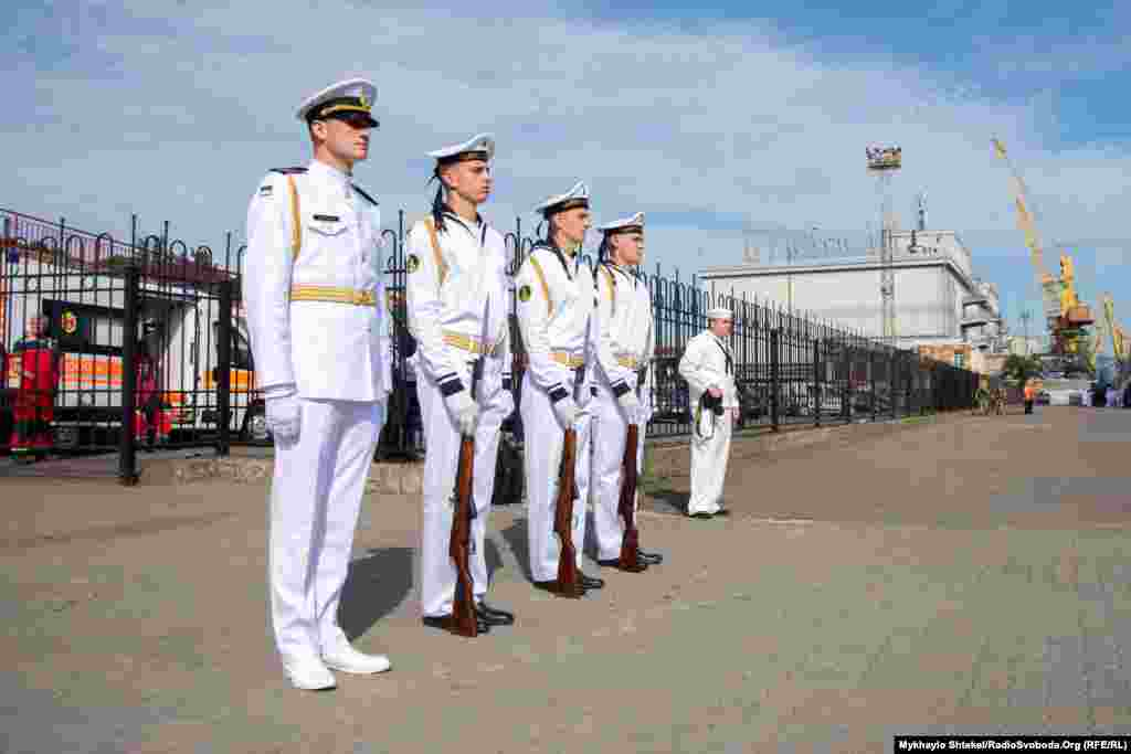 Почесна варта ВМСУ очікує підняття прапору і приїзду Володимира Зеленського 