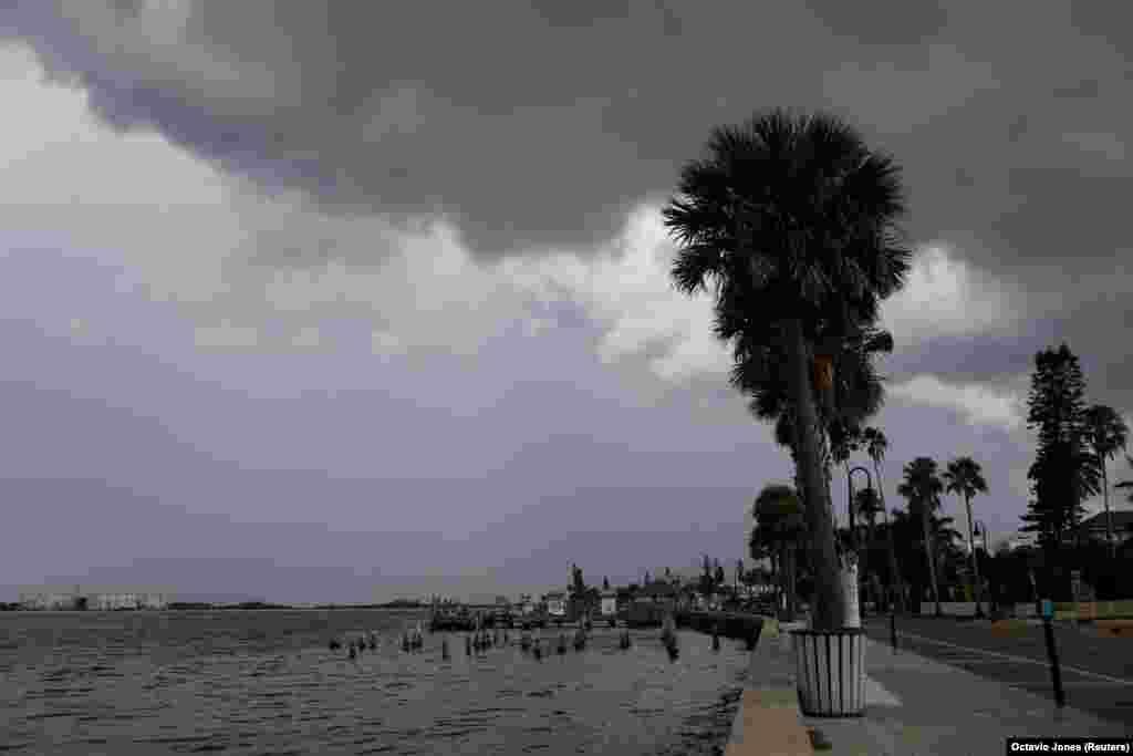 A vihar első jelei. Sötét felhők borítják be az egyébként napos nyugat-floridai város, St. Petersburg egét.