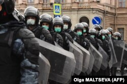 Силовики на улицах Петербурга. Фото: AFP