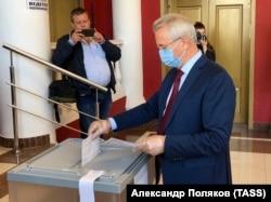 Иван Белозерцев голосует на выборах губернатора Пензенской области, 11 сентября 2020 года