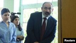 Nikol Pasinján leadja a szavazatát Jerevánban 2021. június 20-án