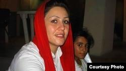 مریم اکبری منفرد و یکی از دخترانش پیش از بازداشت در سال ۸۸